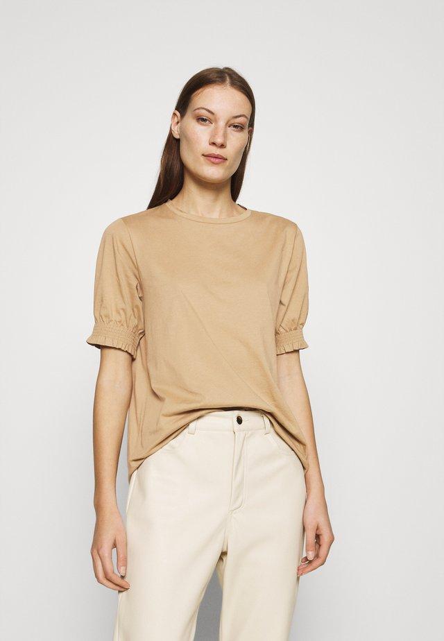 JAKE - T-shirt med print - camel