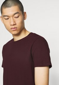 Burton Menswear London - SHORT SLEEVE CREW 3 PACK - Basic T-shirt - bordeaux/white - 6