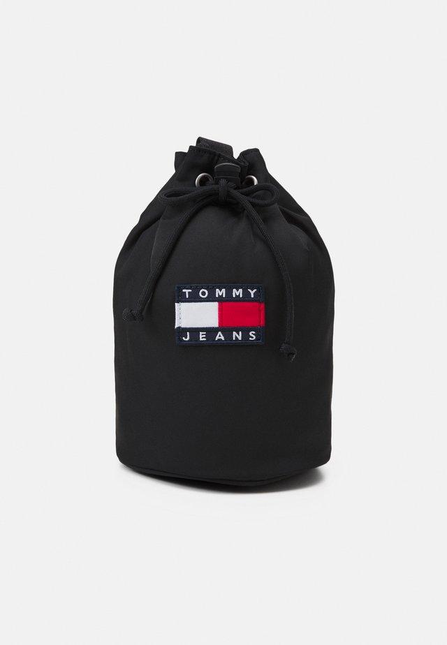 HERITAGE SLING BAG - Taška spříčným popruhem - black