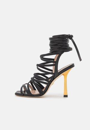 JAXIE - Sandalen - black/gold