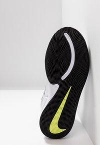Nike Performance - TEAM HUSTLE D 9 UNISEX - Basketbalové boty - white/black/volt - 5