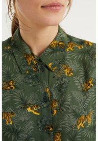 WE Fashion - MET DESSIN - Button-down blouse - dark green - 4