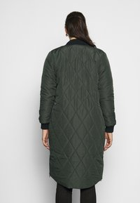 ONLY Carmakoma - CARCARROT LONG QUILTED JACKET - Kåpe / frakk - forest night - 0