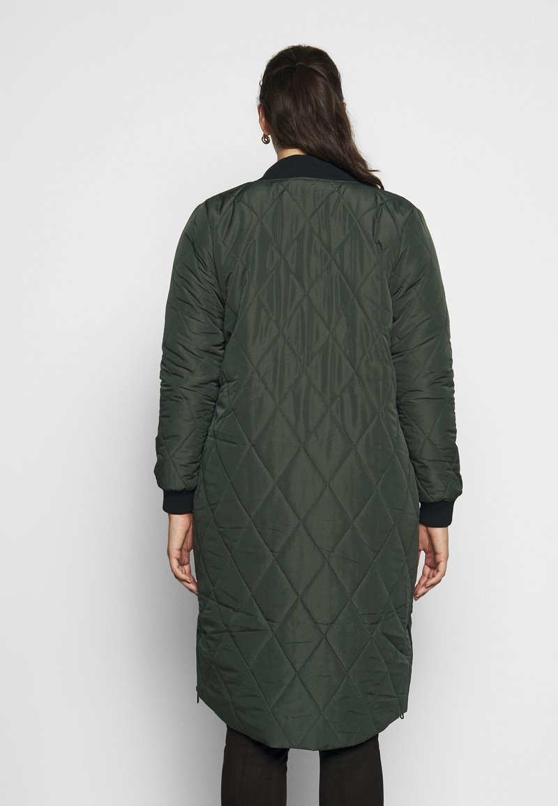 ONLY Carmakoma - CARCARROT LONG QUILTED JACKET - Kåpe / frakk - forest night