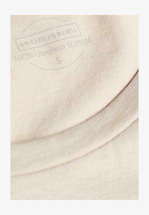 MIT UNTERLEGTEN KA - Basic T-shirt - dust beige