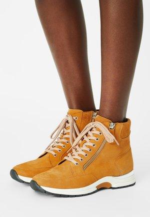Sneakersy wysokie - curcuma