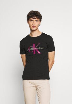 SEASONAL MONOGRAM TEE - T-shirt med print - black