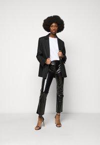 J Brand - FRANKY HIGH RISE CROP  - Bootcut jeans - patent black - 1