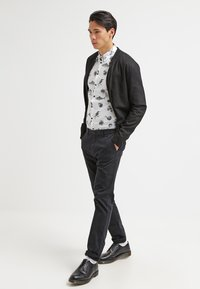 Scotch & Soda - STUART - Chinos - night - 1