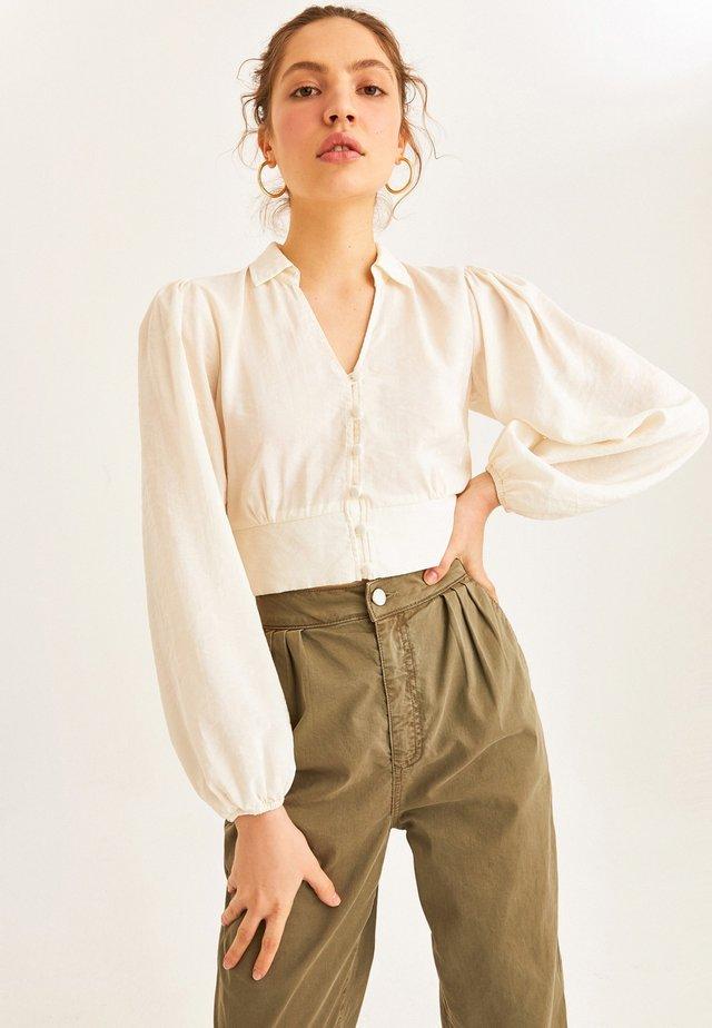 MIT FEINEN BALLONÄRMELN - Button-down blouse - off-white