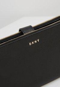 DKNY - BRYANT DOUBLE ZIP CBODY WALLET - Across body bag - black/gold-coloured - 6