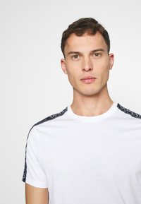 Armani Exchange - JUMPER - T-Shirt print - white - 3