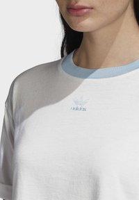 adidas Originals - CROP TOP - Print T-shirt - white - 4