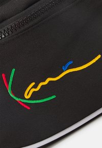 Karl Kani - SIGNATURE TAPE WAIST BAG UNISEX - Bum bag - black - 4