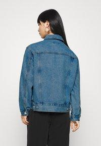 Missguided Petite - Denim jacket - stonewash - 2