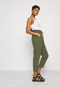 Vero Moda - VMKENDRAKARINA PANT - Trousers - ivy green - 4