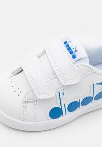 Diadora - GAME BOLDER UNISEX - Zapatillas de entrenamiento - white/micro blue - 5