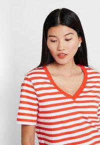 Selected Femme - SLFSTANDARD V NECK - Print T-shirt - cherry tomato/bright white - 4