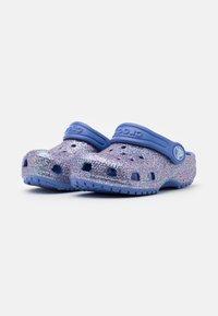 Crocs - CLASSIC GLITTER - Sandály do bazénu - lapis - 1