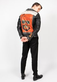 Freaky Nation - MR.ACE - Chaqueta de cuero - black/flame/chalk - 4