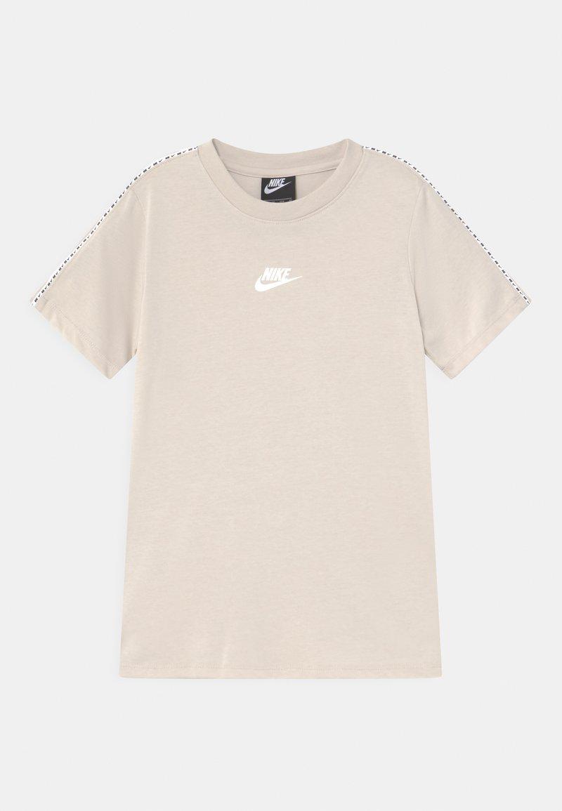 Nike Sportswear - REPEAT - T-Shirt print - desert sand/white