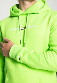 Tommy Jeans - NEON SMALL LOGO HOODIE - Huppari - green geco - 4