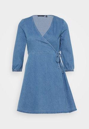 VMHENNA WRAP SHORT DRESS - Dongerikjole - light blue denim