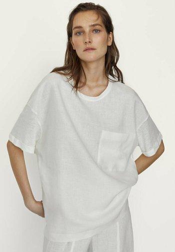 MIT TASCHE  - Basic T-shirt - white