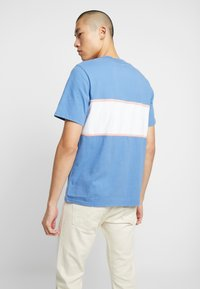 Levi's® - AUTHENTIC COLORBLOCK TEE - Camiseta estampada - riverside/ veiled rose/ marshmallow - 2