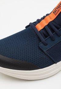 Skechers Performance - GO RUN FAST - Chaussures de running neutres - navy/orange - 5