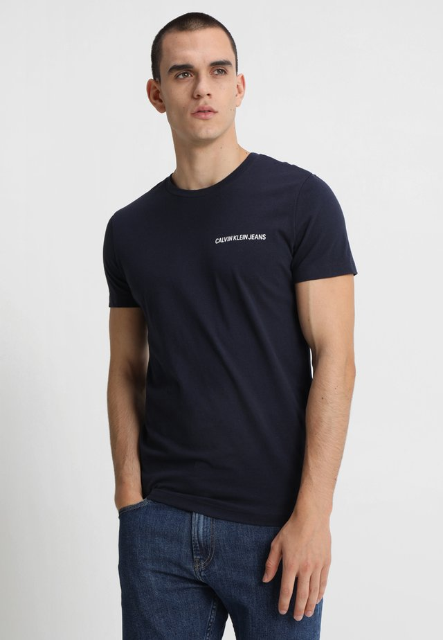 SMALL INSTIT LOGO CHEST TEE - T-shirt basic - blue