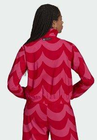 adidas Originals - X MARIMEKKO - Veste de survêtement - vivid red/team real magenta - 1