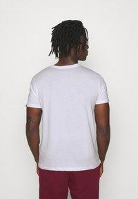 Alpha Industries - BASIC PRINT - Print T-shirt - white/yellow gold - 2