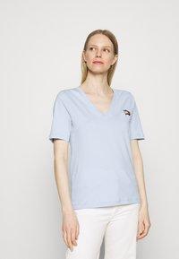 Tommy Hilfiger - REGULAR FLAG TEE - T-shirt print - breezy blue - 0