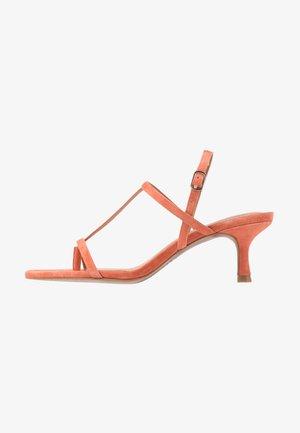 ROMI - Sandály s odděleným palcem - salmon
