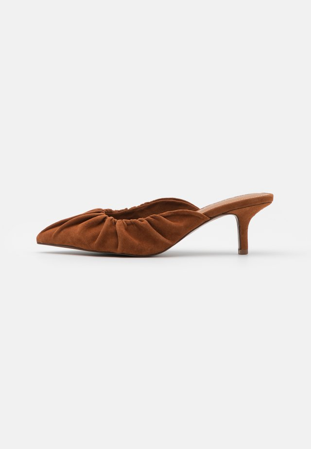 JOY - Heeled mules - bombay brown