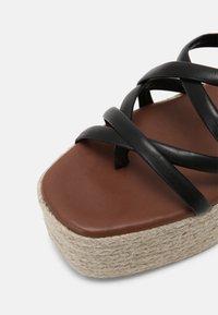 ALOHAS - PAW-PAW - Sandály na platformě - black - 7