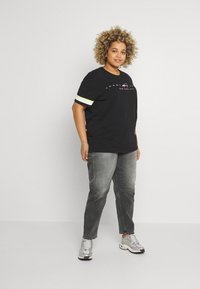 Tommy Jeans Curve - MOM JEAN - Relaxed fit jeans - tova grey com - 1