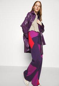 HOSBJERG - CORSA PANTS - Trousers - purple/orange - 3