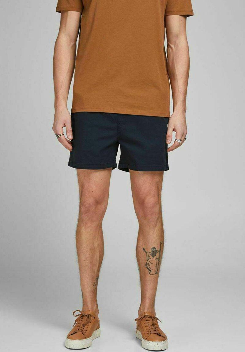 Jack & Jones - JJIJEFF JJJOGGER - Shorts - navy blazer