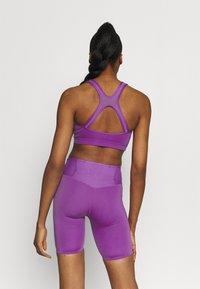 Nike Performance - BRA  - Sport-BH mit mittlerer Stützkraft - wild berry/purple stardust - 2
