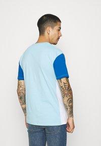 Newport Bay Sailing Club - BLOCK - T-shirt med print - light blue/blue/white - 2
