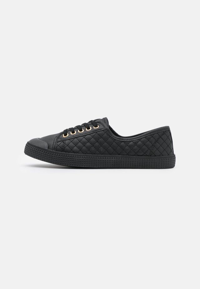MAJORETTE QUILTED LACE UP - Sneakers basse - black