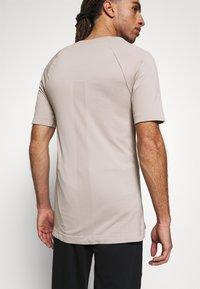 NU-IN - SHORT SLEEVE TRAINING  - Basic T-shirt - beige - 3