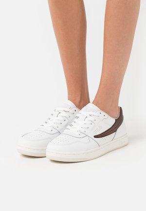 ARCADE - Sneakers laag - white/chocolate brown