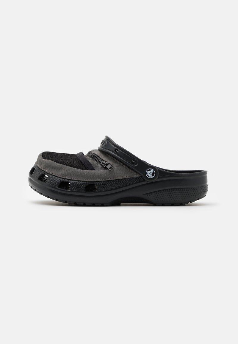 Crocs - CLASSIC VENTURE PACK UNISEX - Drewniaki i Chodaki - black/slate grey