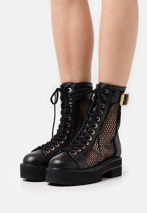 NETTA ULTRALIFT BOOT - Enkellaarsjes met plateauzool - black