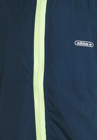 adidas Originals - LIGHTWEIGHT UNISEX - Chaqueta fina - crew navy/hazy green - 5