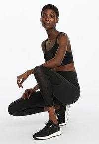 OYSHO - FORMENDE LEGGINGS MIT TRANSPARENTEN DETAILS 31217222 - Leggings - black - 3
