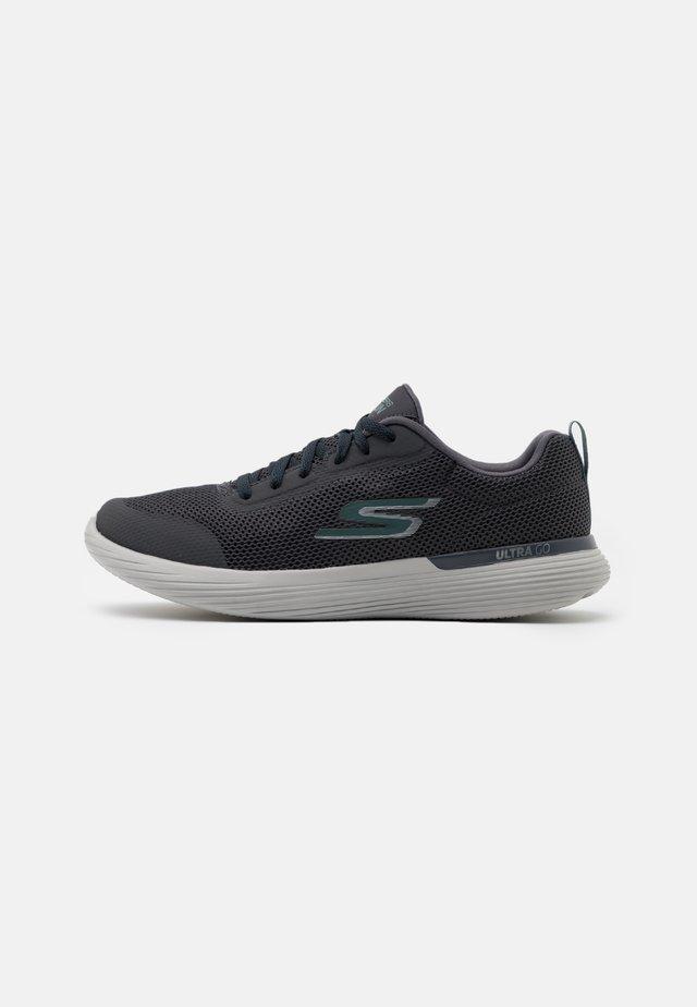 GO RUN 400 V2 - Neutrální běžecké boty - charcoal